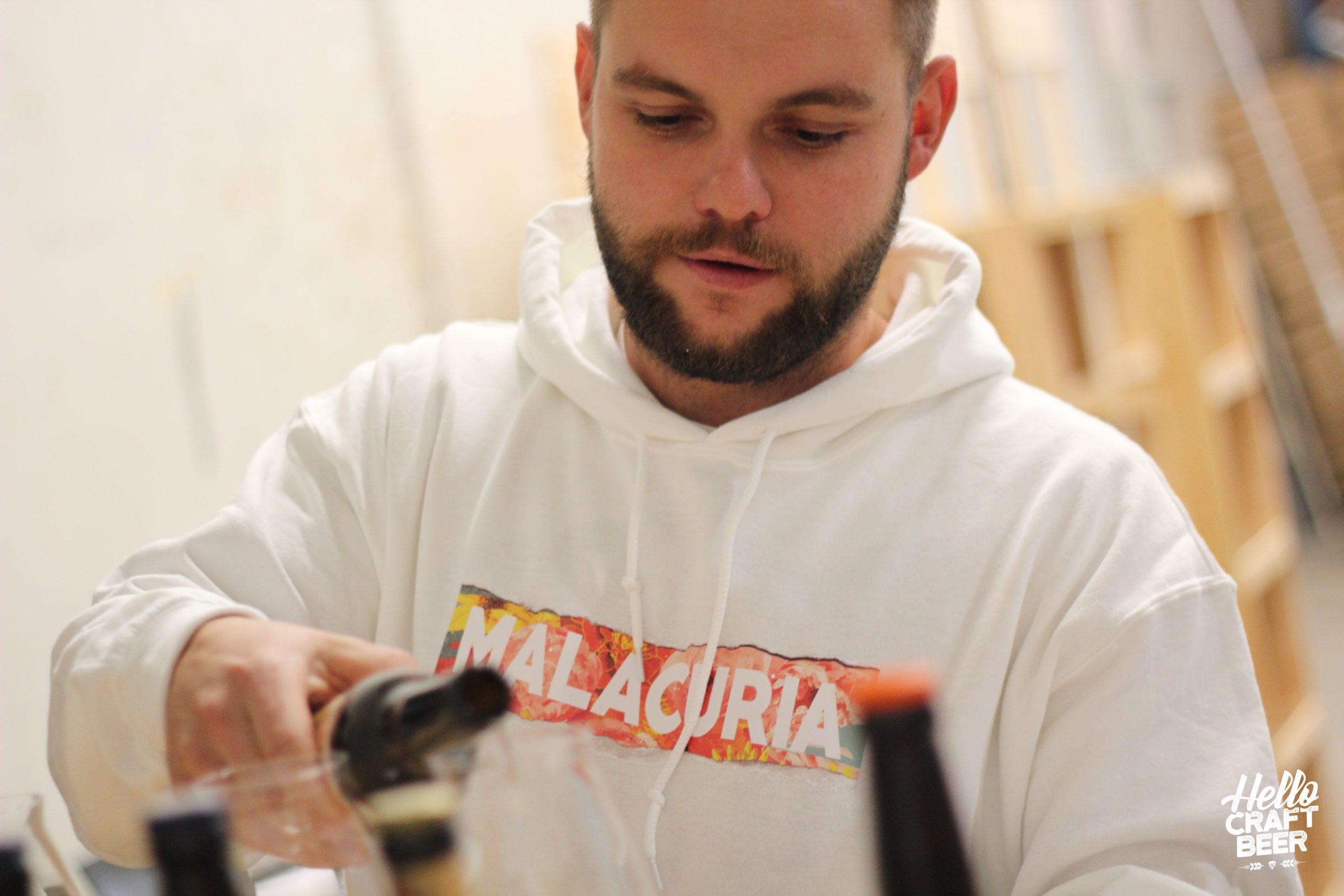Alexis, brasseur de la brasserie Malacuria verse une bière